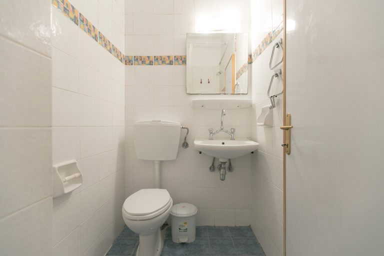 studio_11_bathroom_2